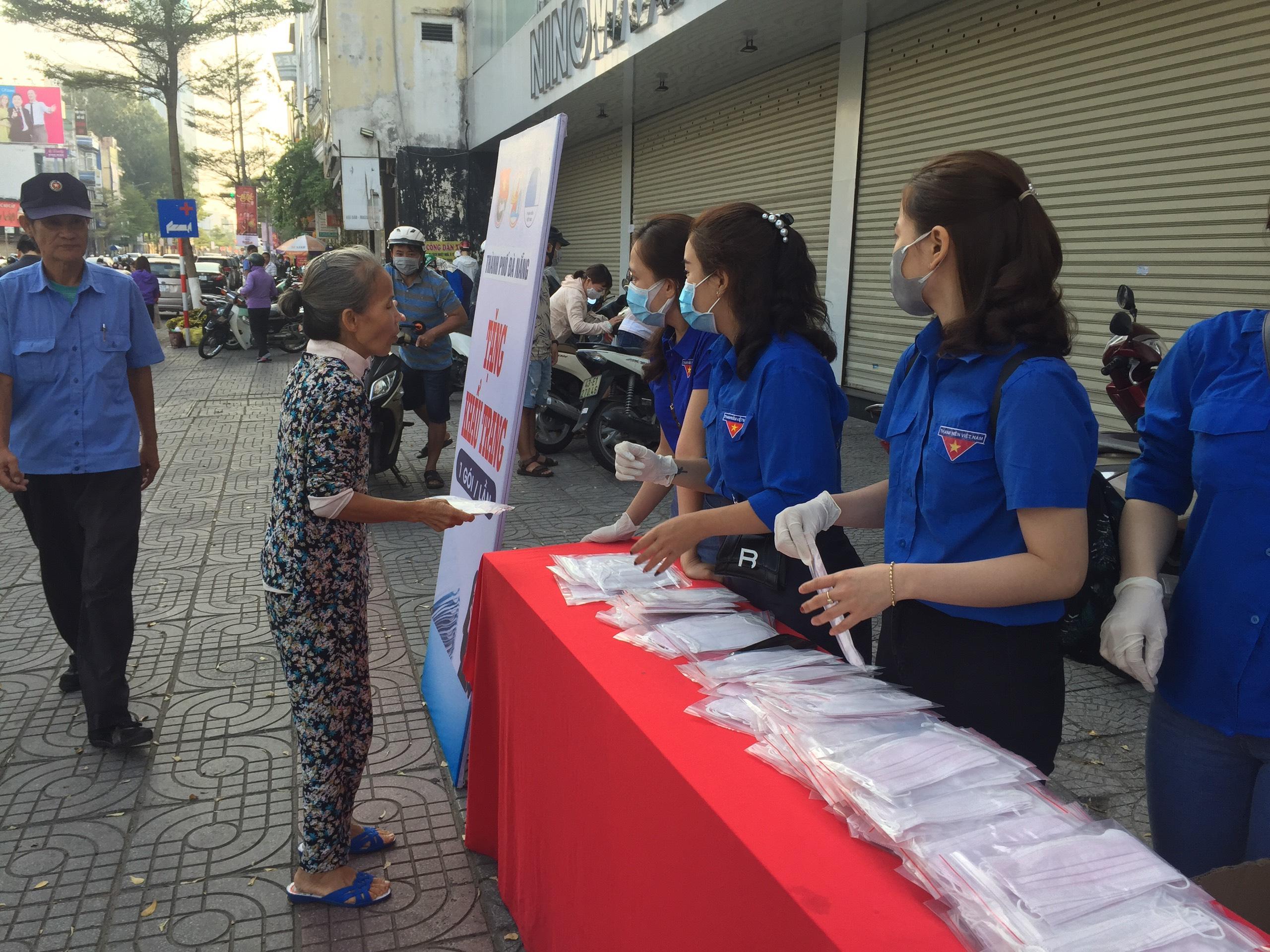 Hội DNT Đà Nẵng tổ chức tặng khẩu trang phòng chống dịch bệnh Corona